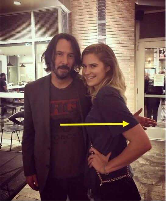 3 9 545x659 - Fãs elogiam Keanu Reeves ao notar que ele não toca em mulheres ao tirar fotos