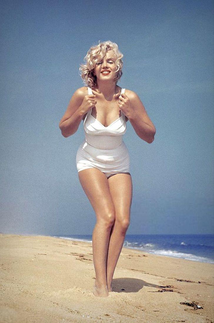 mon1 - Reveladas lindas fotos de Marilyn Monroe em um maiô. Celulite e gordurinhas perfeitas