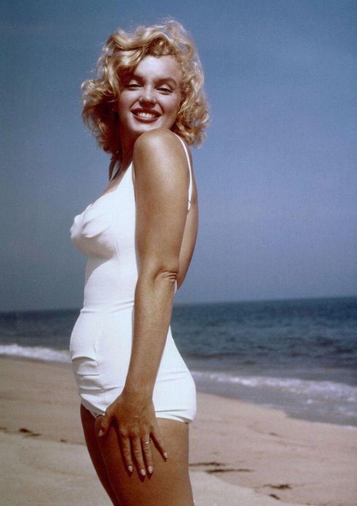 mon10 - Reveladas lindas fotos de Marilyn Monroe em um maiô. Celulite e gordurinhas perfeitas