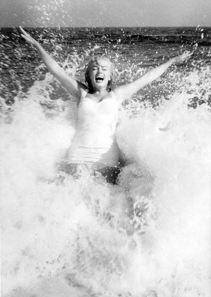 mon14 - Reveladas lindas fotos de Marilyn Monroe em um maiô. Celulite e gordurinhas perfeitas