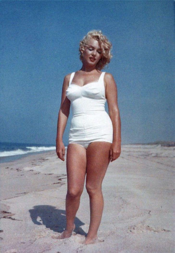mon6 - Reveladas lindas fotos de Marilyn Monroe em um maiô. Celulite e gordurinhas perfeitas