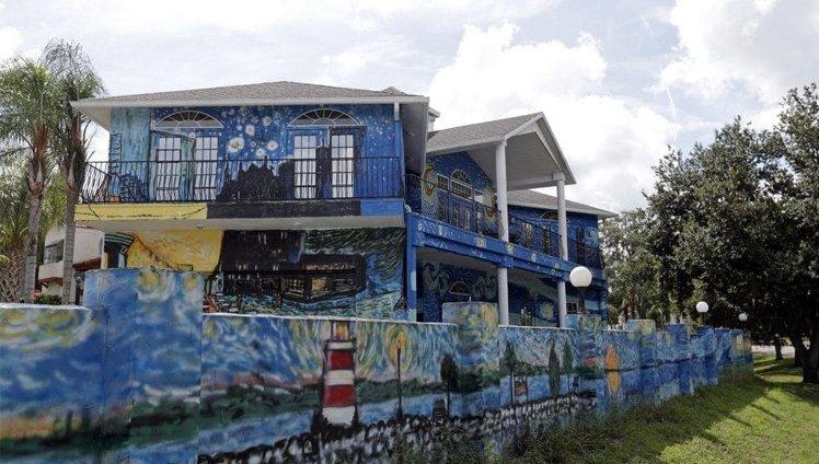 pais pintam casa estilo van gogh2 - Pais pintam a casa em 'estilo' Van Gogh para filho autista não se perder!