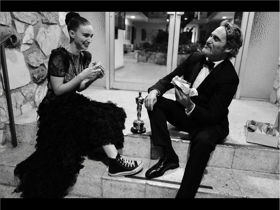 joaquin phoenix - Joaquin Phoenix celebra estatueta do Oscar 2020 comendo hambúrguer com a noiva