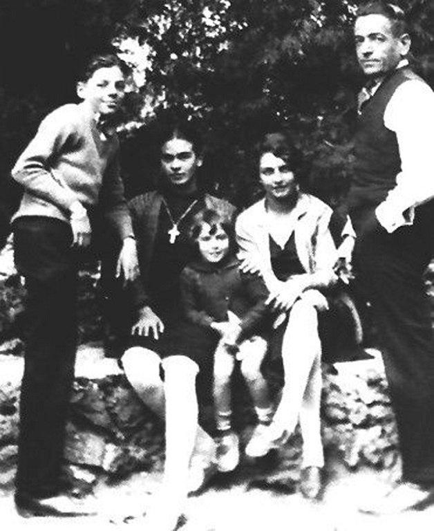 frida13 - Série de fotos dos anos 20 mostra Frida Kahlo na infância