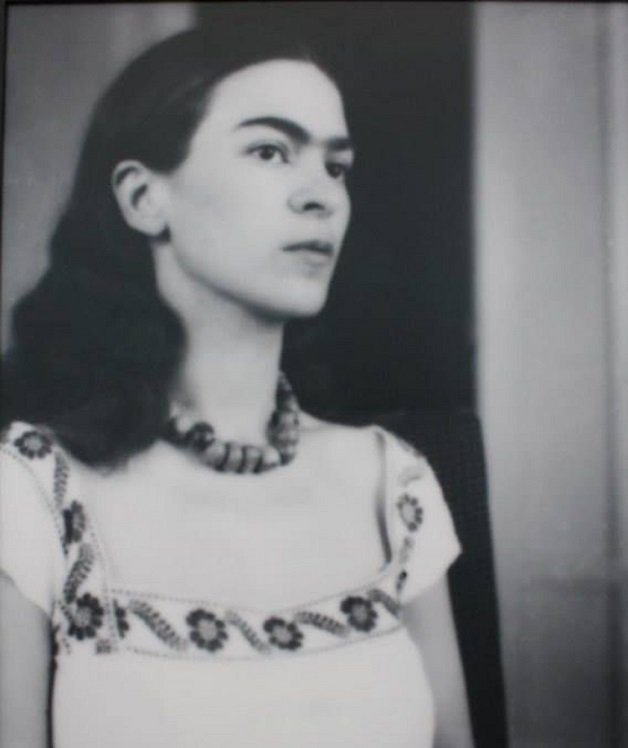 frida15 - Série de fotos dos anos 20 mostra Frida Kahlo na infância