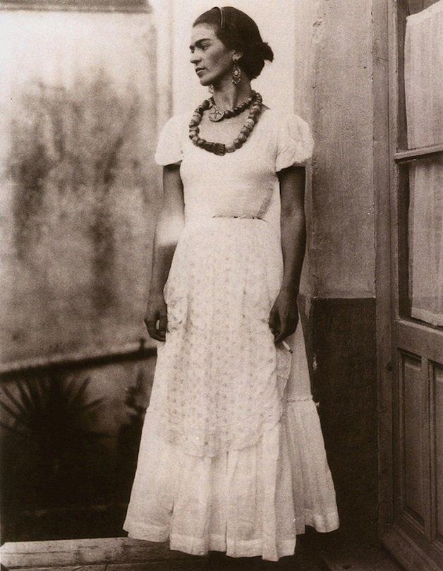 frida16 - Série de fotos dos anos 20 mostra Frida Kahlo na infância