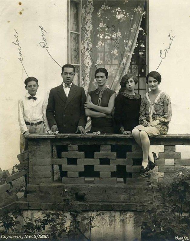 frida19 - Série de fotos dos anos 20 mostra Frida Kahlo na infância