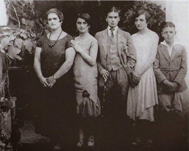 frida6 - Série de fotos dos anos 20 mostra Frida Kahlo na infância