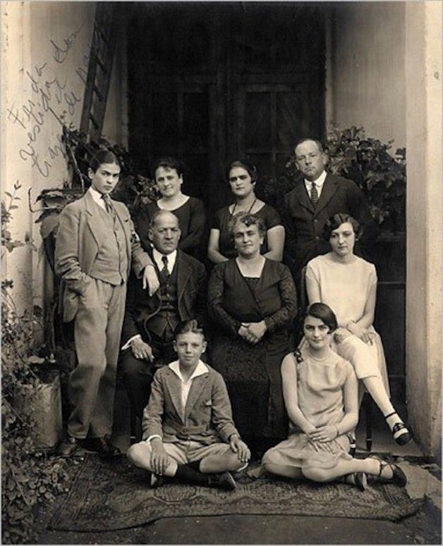 frida7 - Série de fotos dos anos 20 mostra Frida Kahlo na infância
